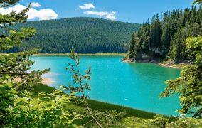 Der Gletschersee Crno Jezero ist dank seiner außergewöhnlichen Schönheit eine der meistbesuchten Sehenswürdigkeiten im Durmitor Nationalpark von Montenegro