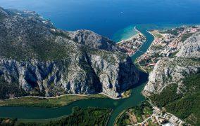 Panorama Omisa i usca rijeke Cetine 080813